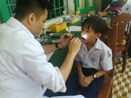 Trẻ em được khám và điều trị sâu răng. Ảnh: D.L