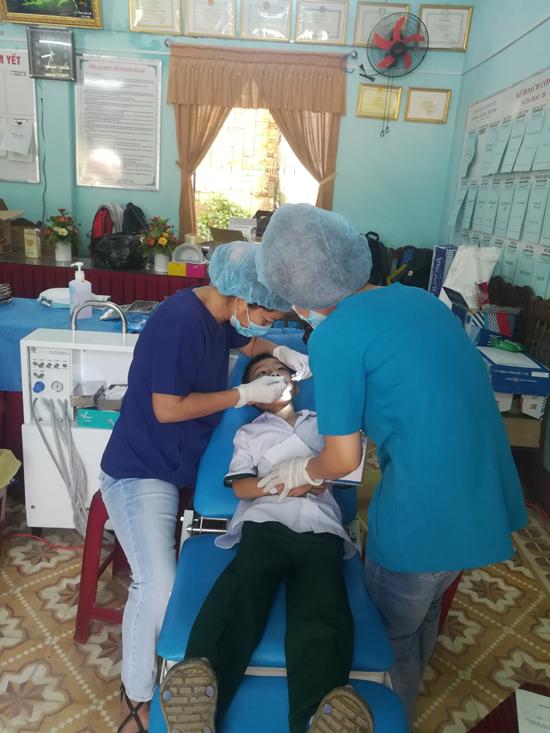 Trẻ em bị bệnh về răng được điều trị trám, nhổ răng. Ảnh: D.L