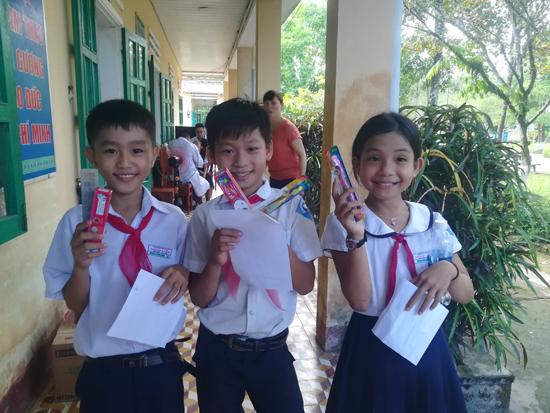 Trẻ em được cấp box đánh răng và kem miễn phí từ chương trình. Ảnh:D.L
