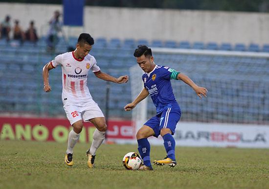 """Một mình Thanh Trung (bên phải) không thể """"gánh"""" cả đội Quảng Nam tại mùa giải năm nay. Ảnh: T.V"""