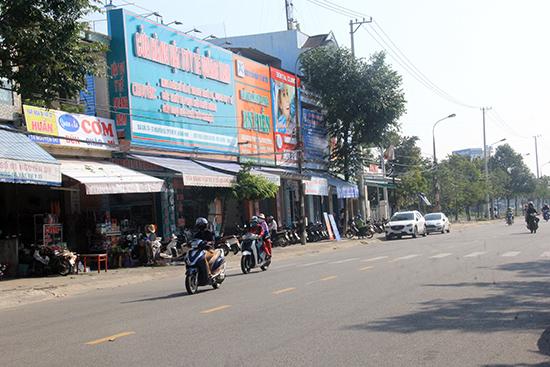 Một số cơ sở bán thuốc và dịch vụ y tế ở đường Nguyễn Du, TP. Tam Kỳ.Ảnh: N.DƯƠNG