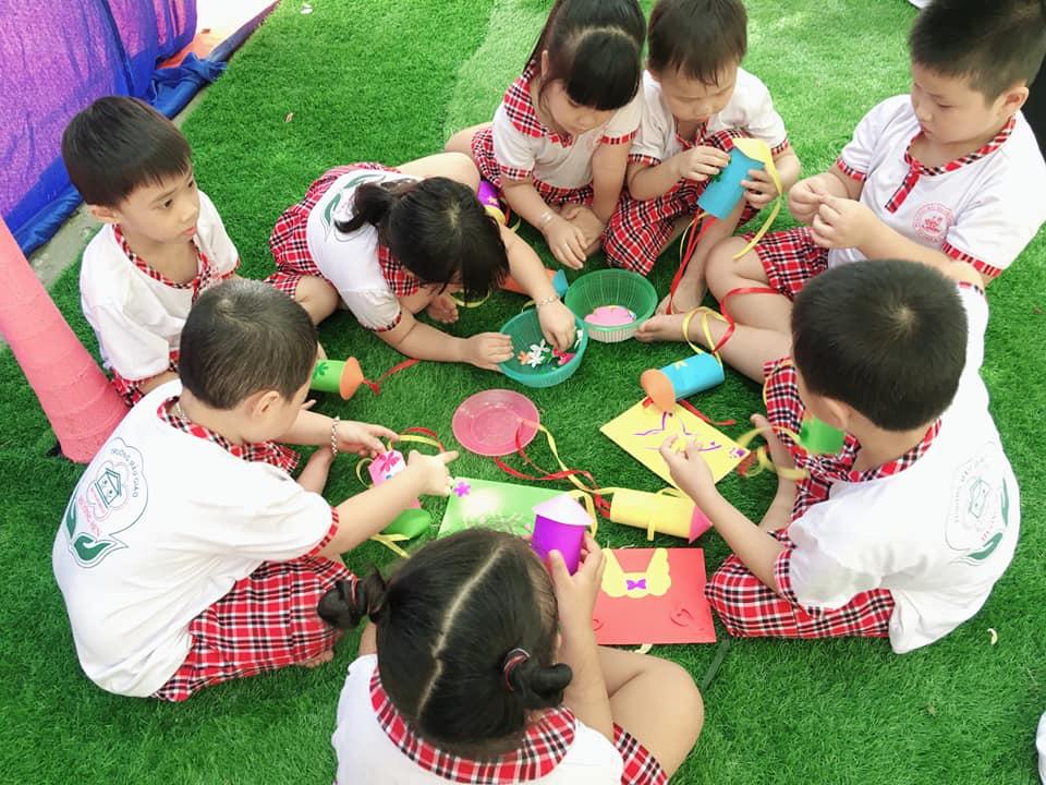 Các cháu Trường Mẫu giáo Hương Sen tự tay làm những tấm thiệp chúc mừng. Ảnh: C.N