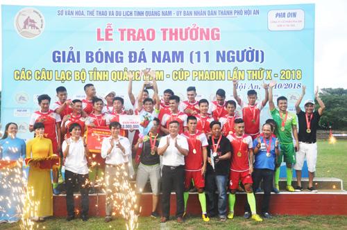Niềm vui đoạt cúp vô địch của CLB Quý Tín Đại Việt Quế Sơn. T.V