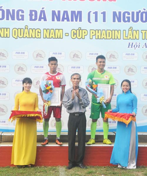 Trao giải thưởng cá nhân cho 2 cầu thủ của CLB Quý Tín Đại Việt Quế Sơn. Ảnh: T.V