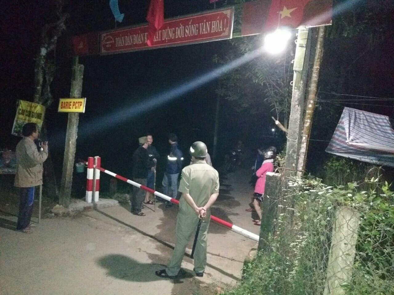 Thành viên đội xung kích cùng người dân đóng cổng Barie để truy bắt tội phạm. Ảnh: T.A