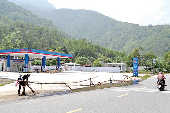 Doanh nghiệp kinh doanh xăng dầu đấu nối kiên cố vào QL14B mà chưa có giấy phép.Ảnh: CÔNG TÚ