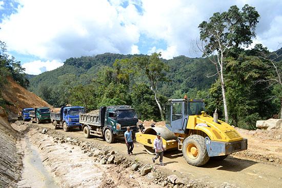 Nhà thầu tập kết phương tiện, máy móc và vật liệu thi công cấp phối đá dăm nền mặt đường. Ảnh: C.T