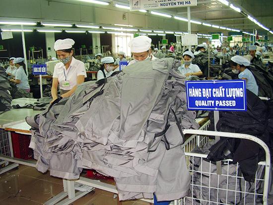 Việc có thêm nhiều doanh nghiệp FDI hoạt động trong lĩnh vực may mặc trên địa bàn Quảng Nam làm tăng áp lực cạnh tranh thu hút lao động. Ảnh: Đ.H