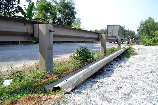 Người dân tháo tường hộ lan mềm để xe tải chở đất đi vào đắp nền ven QL14B.Ảnh: C.T