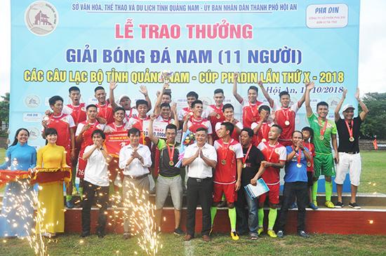 Pha Din tài trợ năm thứ 10 liên tiếp cho bóng đá phong trào của tỉnh. Ảnh: T.V