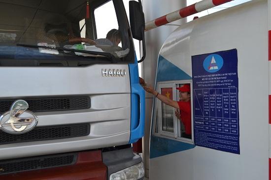Thu phí sử dụng đường cao tốc tại Trạm thu phí Tam Kỳ (xã Tam Thái, Phú Ninh). Ảnh: CT