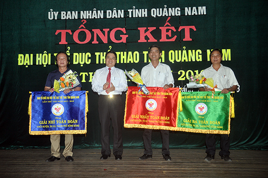 Phó Chủ tịch UBND tỉnh Trần Văn Tân trao giải toàn đoàn cho các địa phương. Ảnh: T.V