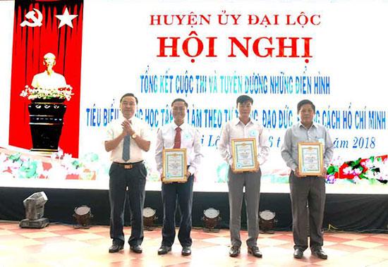 Lãnh đạo Huyện ủy Đại Lộc trao giải cho những tác giả đoạt giải cuộc thi viết tìm hiểu tư tưởng, đạo đức, phong cách Hồ Chí Minh.