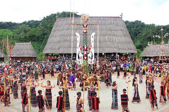 Các giá trị văn hóa truyền thống cần có người kế cận để thực hiện công tác bảo tồn. Ảnh: ALĂNG NGƯỚC