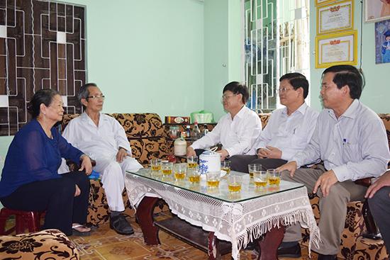 Anh hùng LLVTND Nguyễn Tám (thứ hai trái sang) với đoàn công tác Thành ủy Đà Nẵng (4.2018). Ảnh: H.V