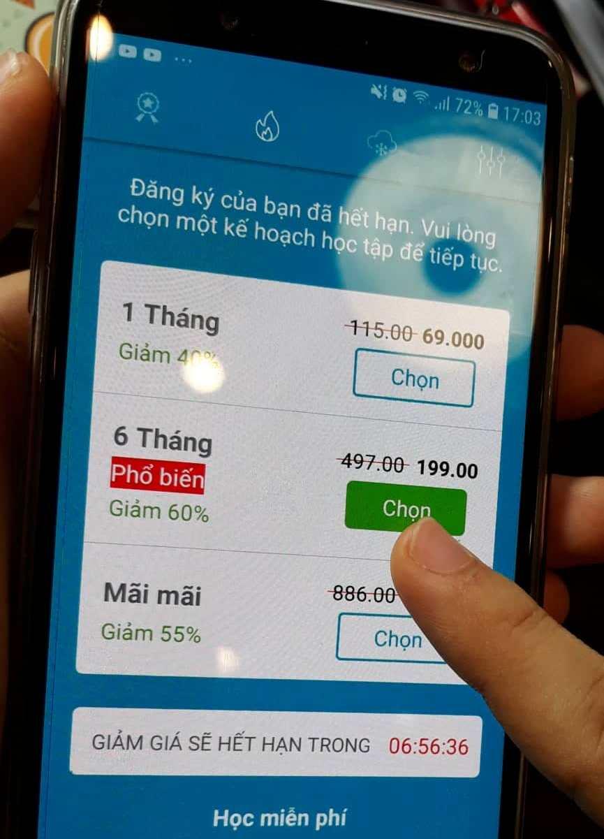 Chỉ cần một chiếc điện thoại thông minh là đã có thể học tiếng Anh miễn phí. Ảnh: C.B