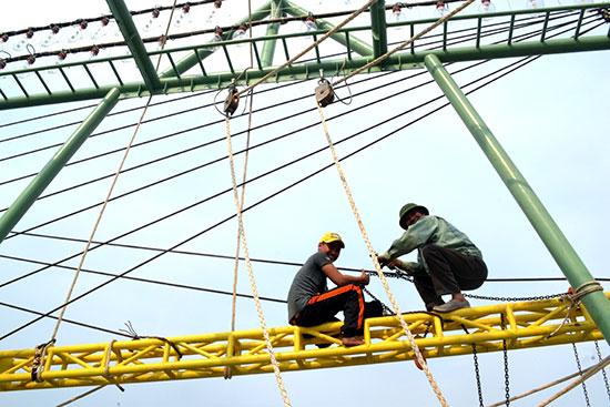 Tự chuyển sang nghề lưới chụp giúp ngư dân tăng thu nhập chuyến biển. Ảnh: QUANG VIỆT