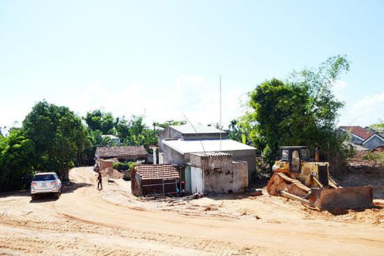 Vị trí mặt bằng chưa khai thông tại xã Bình Đào liên quan đến tiến độ xây dựng khu TĐC. Ảnh: C.T