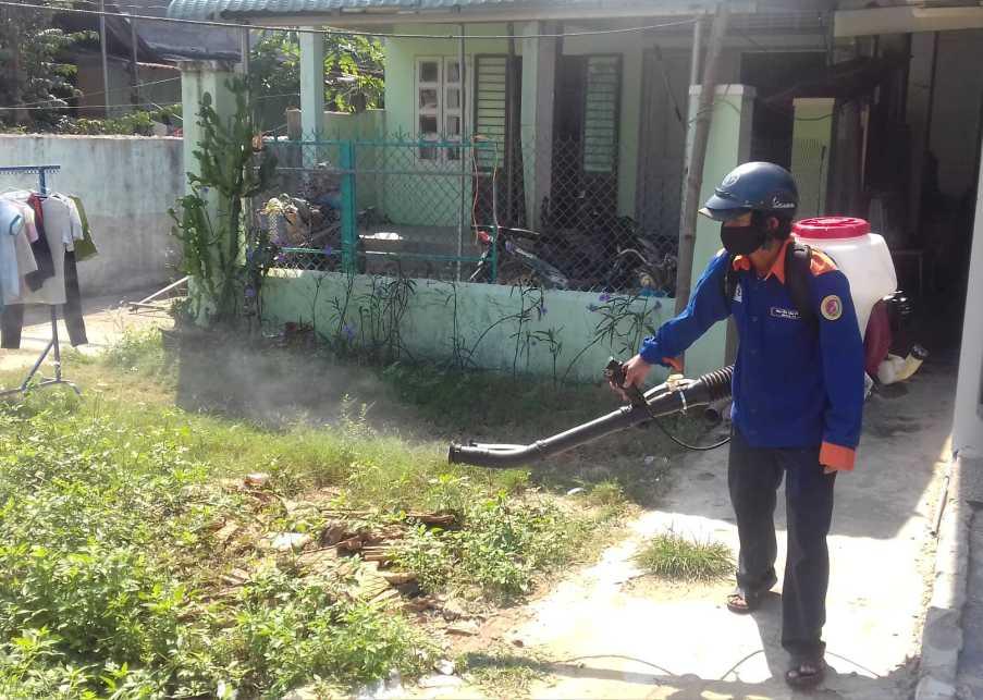 Phun thuốc dập dịch sốt xuất huyết tại thôn An Thiện, xã Tam An
