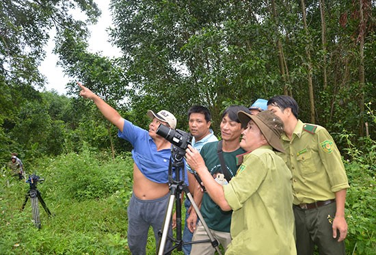 Foresters recording gray-shanked doucs