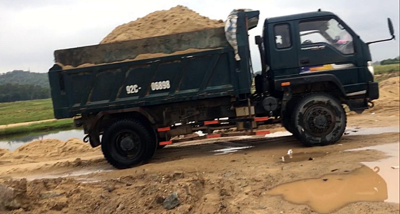 Cát được múc lên xe tải chuẩn bị chở đi tiêu thụ thì bị Phòng Cảnh sát môi trường phát hiện, bắt giữ.