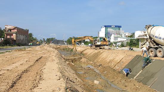 Nhiều công trình xây dựng cơ bản lâm nợ khối lượng nhà thầu chưa trả được.Ảnh: T.D