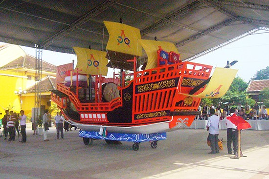 The model of a Red-seal ship was given to Hoi An city by Japan's Nagasaki Prefecture.