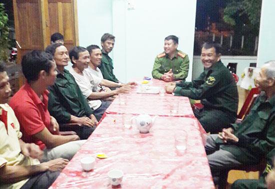 Công an huyện Phú Ninh giao ban, nắm tình hình với tổ tự quản an ninh thôn Tú Hội (xã Tam Thành). Ảnh: L.T