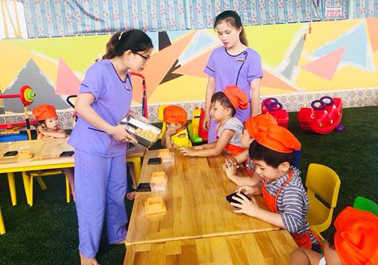 Ngoài chất lượng và chế độ dinh dưỡng, Trường Mầm non Tư thục Blue Sky (phường Tân Thạnh, TP. Tam Kỳ) luôn chú trọng lồng ghép các chương trình chơi và học trong các bữa ăn cho trẻ. Ảnh: Q.L