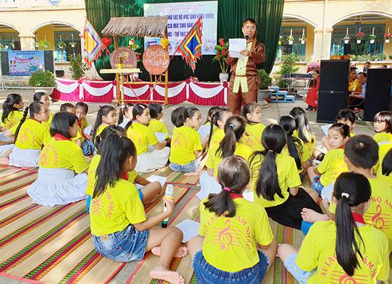 Một buổi sinh hoạt của câu lạc bộ âm nhạc Trường Tiểu học Trần Quốc Toản.