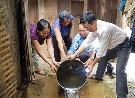 Cán bộ y tế hướng dẫn người dân huyện Tây Giang vệ sinh môi trường để muỗi không sinh sôi. Ảnh: H.T