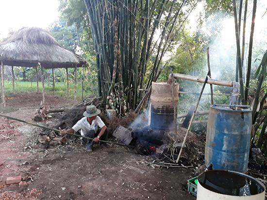 Ông Hồ Cư - Người dân trong làng đang nấu dầu chổi