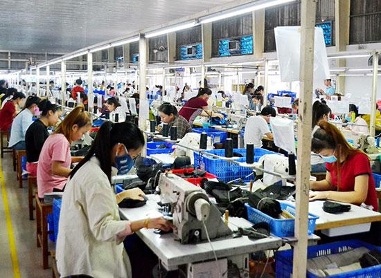 Công nhân đang lao động tại nhà máy của Công ty CP công nghiệp hỗ trợ miền Trung. Ảnh: C.TÚ