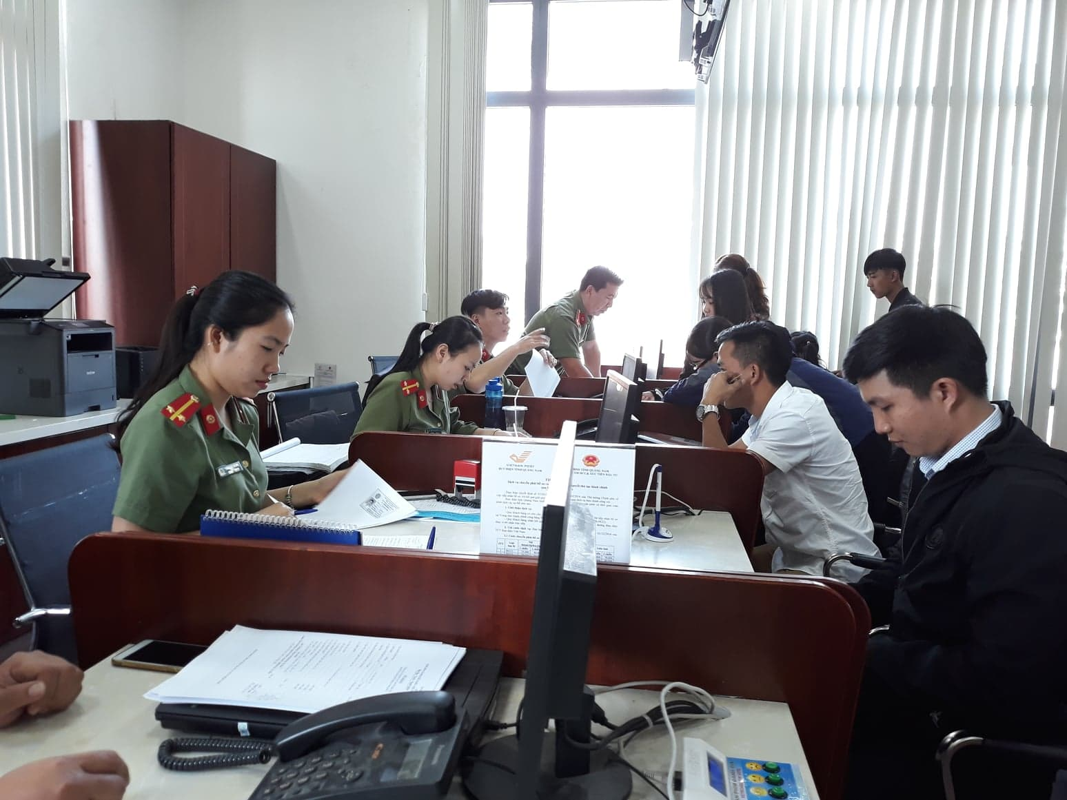 Công dân giao dịch tại Trung tâm Hành chính công của tỉnh. Ảnh C.N
