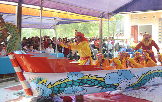Đội hát múa bả trạo xã Bình Minh biểu diễn trong lễ hội cầu ngư. Ảnh: QUANG VIỆT