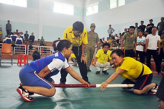 Các VĐV Nam Giang (bên trái) có một kỳ đại hội và lễ hội thành công. Ảnh: T.V