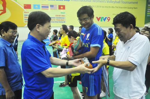 Lãnh đạo Sở VH-TT&DL Quảng Nam động viên các đoàn trước giờ thi đấu. Ảnh: T.V