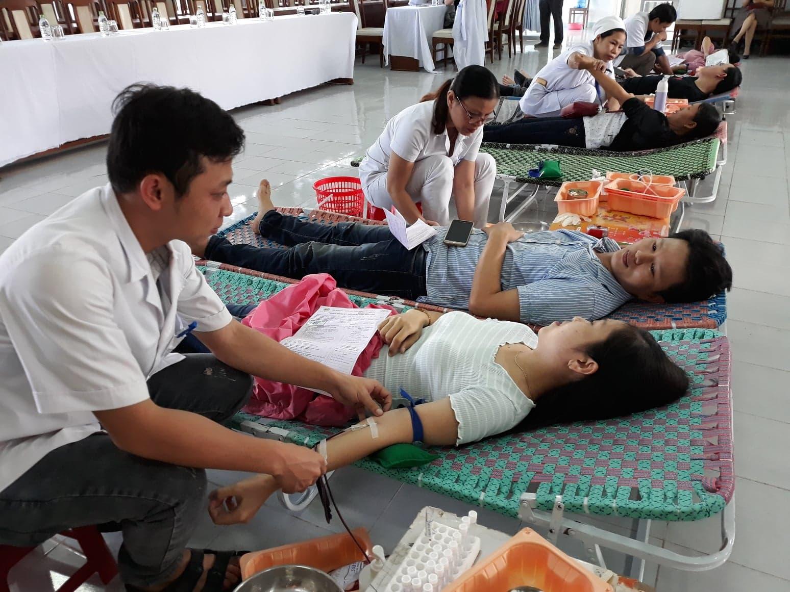 Cán bộ, nhân viên y tế BVĐK Quảng Nam hiến máu nhân đạo sáng 10.11. Ảnh C.N
