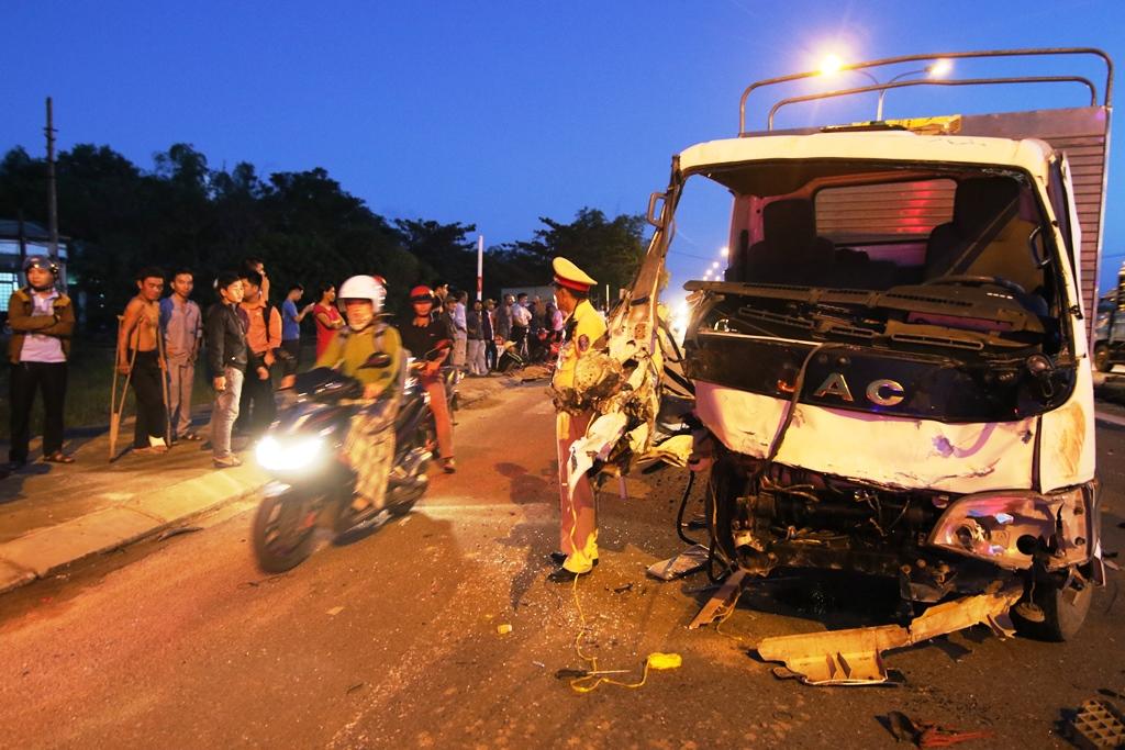 Xe tải hư hỏng nặng sau hai cú va chạm. Ảnh: T.C
