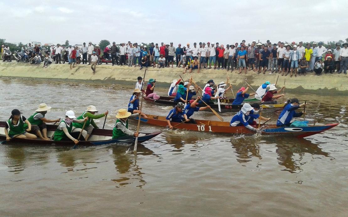 Cuộc đua của các thuyền nữ cũng diễn ra hết sức gay cấn.