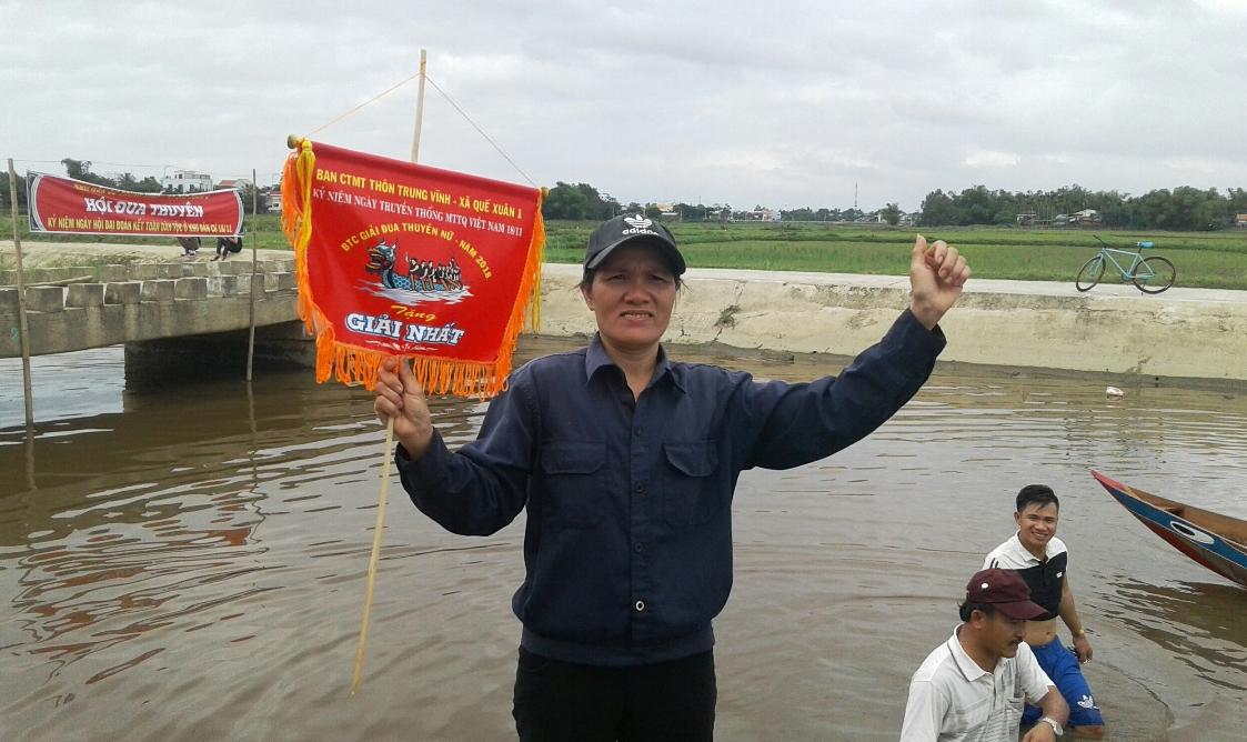 Ở giải chính của nữ, thuyền đua tổ đoàn kết số 1 giành giải Nhất.  Ảnh: VĂN SỰ