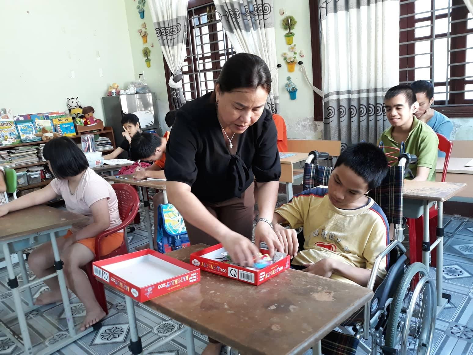 Chăm sóc, dạy dỗ trẻ khuyết tật  là công việc thường ngày của cô Lương Thị Kim Loan. Ảnh C.N