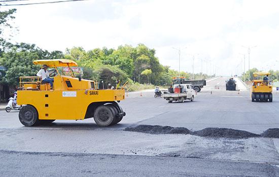 Thi công thảm bê tông nhựa nút giao đường Hùng Vương với cầu vượt đường Lý Thường Kiệt, đường Nguyễn Hoàng và đường sắt Bắc - Nam.