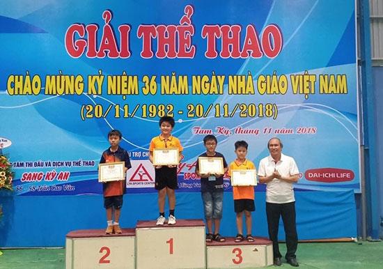 Các tay vợt CLB Bóng bàn Ái Liên đoạt giải cao tại giải thể thao kỷ niệm Ngày nhà giáo Việt Nam. Ảnh: H.NGÂN