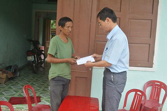 Đại diện Báo Quảng Nam trao số tiền 300 nghìn đồng của người hảo tâm tặng gia đình anh Trương Viết Thường (huyện Quế Sơn).