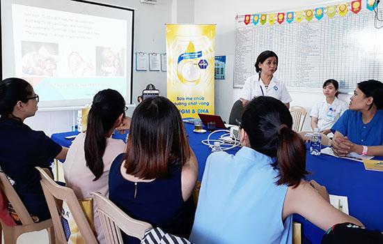 Nhiều thai phụ quan tâm đến các buổi tư vấn chăm sóc sức khỏe mẹ và bé do Khoa Phụ sản Bệnh viện đa khoa Quảng Nam tổ chức. Ảnh: C.N