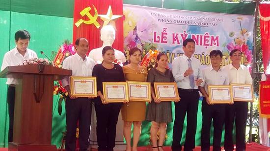 Cô Arất Quý (thứ hai, bên trái) trong một lần được tuyên dương khen thưởng. Ảnh nhân vật cung cấp