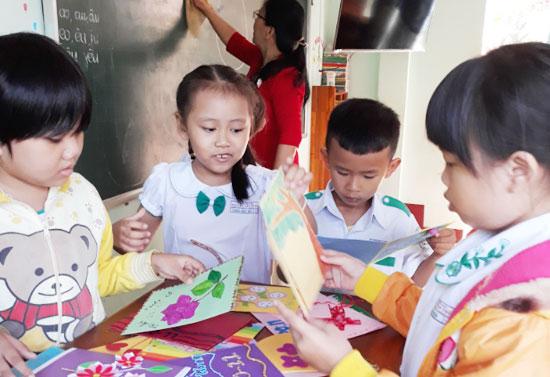 Học sinh làm thiệp tặng cô nhân ngày Nhà giáo Việt Nam. Ảnh T.CHI