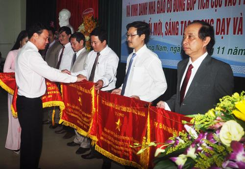 Phó Chủ tịch UBND tỉnh Lê Văn Thanh tặng cờ thi đua của UBND tỉnh cho các tập thể. Ảnh: X.P