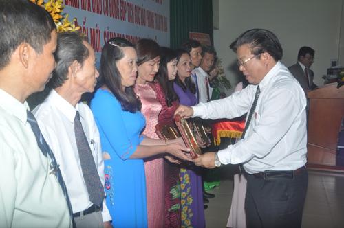 Giám đốc Sở GD-ĐT Hà Thanh Quốc trao chứng nhận vinh danh các nhà giáo tiêu biểu. Ảnh: X.Phú